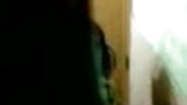 पापा - सेक्सी हिंदी मूवी वीडियो में एक टाइटलेस स्पंक गज़लर को फैलाने में मजा आता है