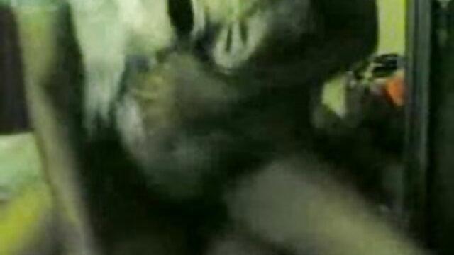 माँ विशाल saggy स्तन और आदमी के सेक्सी वीडियो में मूवी साथ